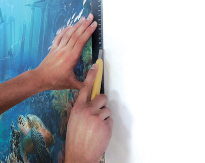 4. Край полотна подрежьте острым ножом по линейке или шпателю.